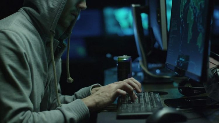 two hackers in hoodies work on a computers with maps and data on display screens in a dark office room s1ctbfvp2 thumbnail full01 - 5 пунктов по которым Android лучше чем Айфон от Apple